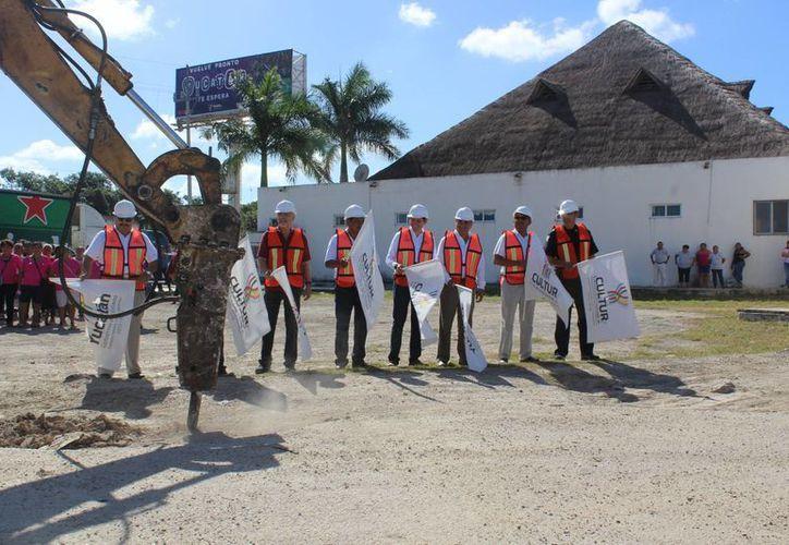 El gobernador de Yucatán acudió este miércoles a atestiguar el inicio de los trabajos de modernización de paradores turísticos de Halachó y Loltún. (Foto cortesía del Gobierno)