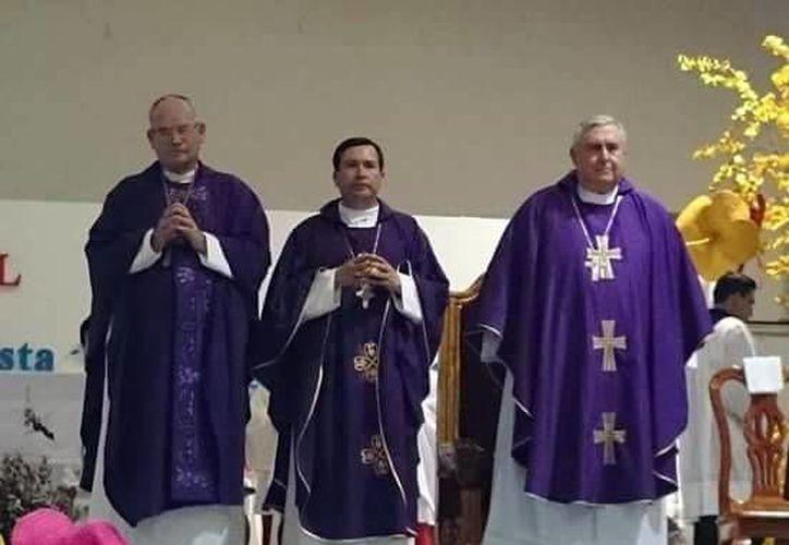 Mons. Emilio Carlos Berlie (derecha) impartió uno de los temas. (Milenio Novedades)