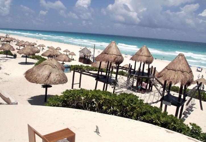 Playa Delfines cuenta desde el año pasado con la certificación Blue Flag, lo que la convierte en la playa predilecta de muchos. (Tomás Álvarez/SIPSE)