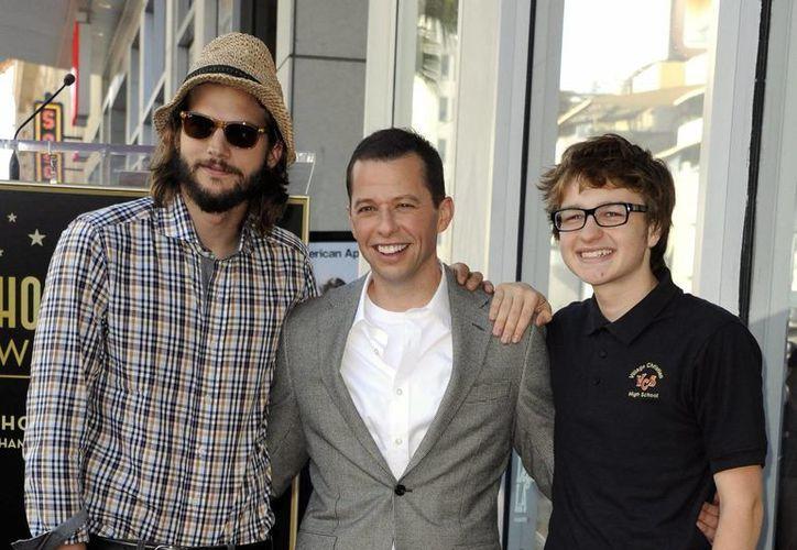 Los salarios de los actores de 'Two and a Half men' la convirtieron en la serie más cara de la televisión en Estados Unidos. Aquí aparecen Ashton Kutcher, Jon Cryer y Angus T. Jones. (EFE)