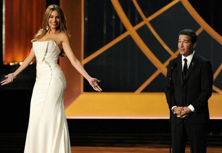 Sofia Vergara, (izquierda) y Bruce Rosenblum en el escenario en la 66 Edición de los premios Emmy en el Teatro Nokia, en Los Angeles. (Agencias)