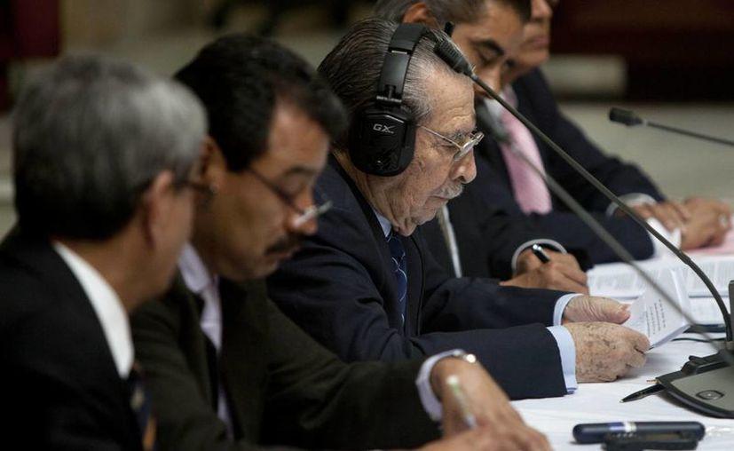 José Efraín Ríos Montt (con audífonos) y su grupo de bogados durante el juicio en su contra. (Agencias)