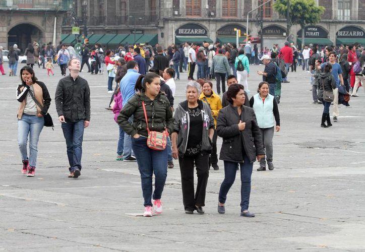 Según datos de la OCDE, México ocupa el lugar 21 de 36 en el rubo de Bienestar subjetivo, uno de los pocos buenos resultados que el país obtuvo en el informe ¿Cómo va la vida? La imagen corresponde al zócalo de la Ciudad de México. (Archivo/Notimex)