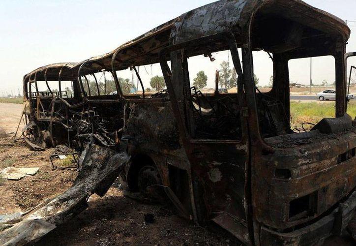 El autobús quedó totalmente calcinado, luego de artefactos explosivos se activaran a su paso. El vehículo trasladaba presos de una cárcel a un lugar indeterminado: murieron 60  condenados por terrorismo. (Efe/Archivo)
