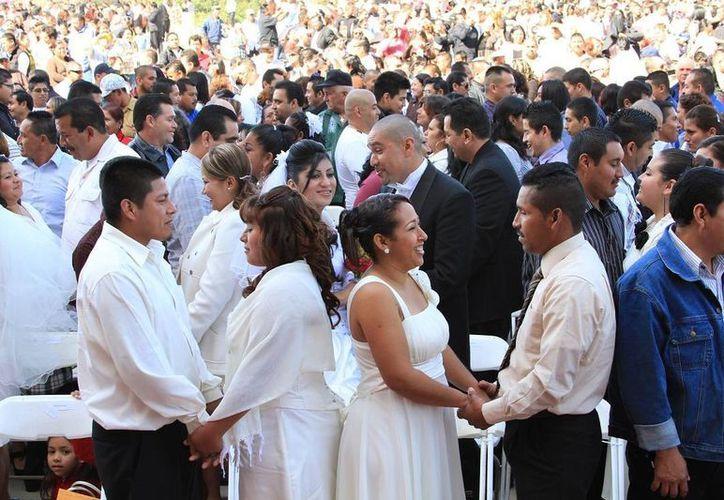 De las mil 690 parejas que contrajeron matrimonio este 14 de febrero en el Zócalo capitalino, 15 fueron del mismo sexo, 67 por ciento son habitantes del DF y el resto de otros estados. (fuerza.com.mx/Foto de contexto)