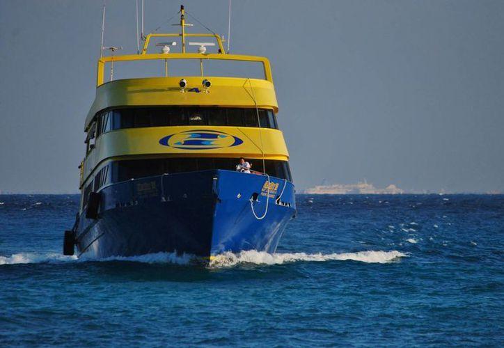 La tripulación del barco de la Ultramar debió aplicarse para recuperar los motores. (Gustavo Villegas/SIPSE)