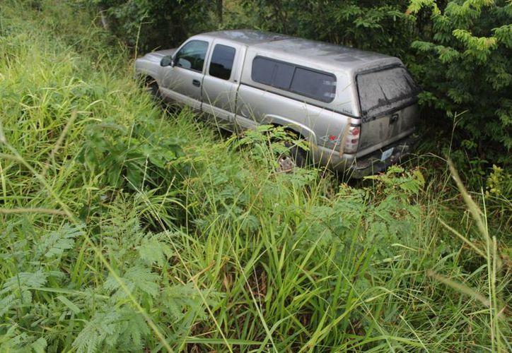La camioneta fue asegurada por la Policía Federal y posteriormente fue sacada con una grúa. (Foto: Redacción/ SIPSE)