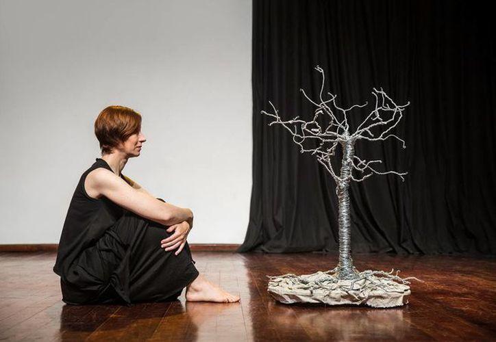 La bailarina Tatiana Zugazagoitia y un árbol protagonizan el montaje. (Milenio Novedades)