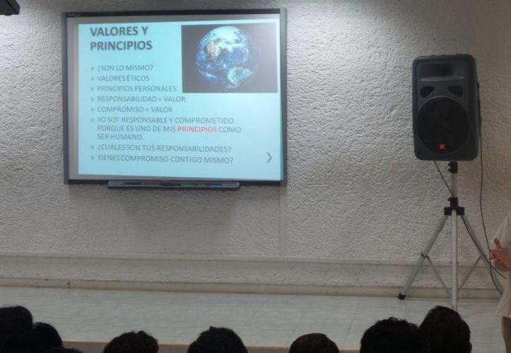 El presidente del Conaet destacó el compromiso de la UT por tener programas de calidad y mejora continua. (Joshimar Mendoza/SIPSE)