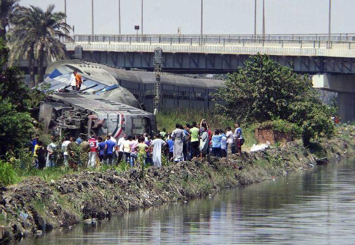 Una multitud se acerca al lugar donde ha descarrilado un tren en Al Ayat a las afueras de El Cairo. (EFE)