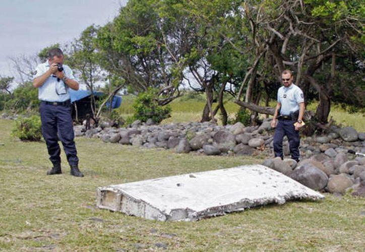 La policía francesa fotografía los restos de un avión encontrados en la isla Reunión (Agencias)
