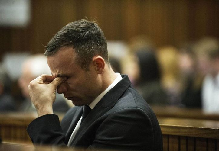 Reacción de Pistorius ante evidencia forense por el crimen contra su novia Reeva Steenkamp, a quien mató de varios balazos. (Foto: AP)