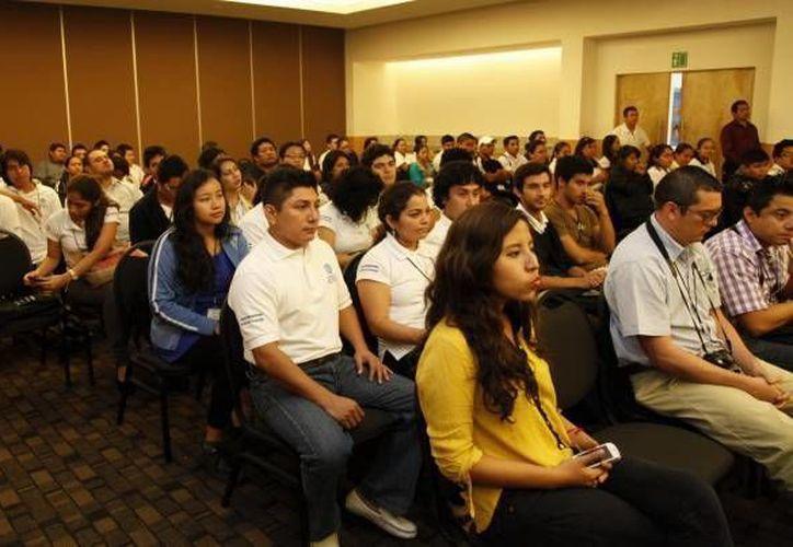 Los jóvenes pueden presentar proyectos y acceder a un apoyo económico hasta por cien mil pesos. (Redacción/SIPSE)