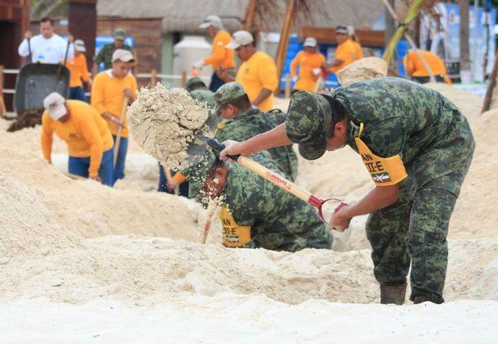 Elementos del Ejército Mexicano participaron, como parte del Plan DN-III-E, en la recolección y entierro de sargazo en Playa del Carmen. (Adrián Barreto/SIPSE)
