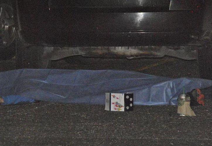 La ejecución fue la noche del pasado sábado, en el estacionamiento de un supermercado. (Redacción/SIPSE)