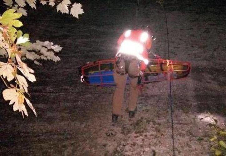 Momento en que los rescatistas sacan a la víctima del desfiladero del río Red de Kentucky. (wkyt.com)