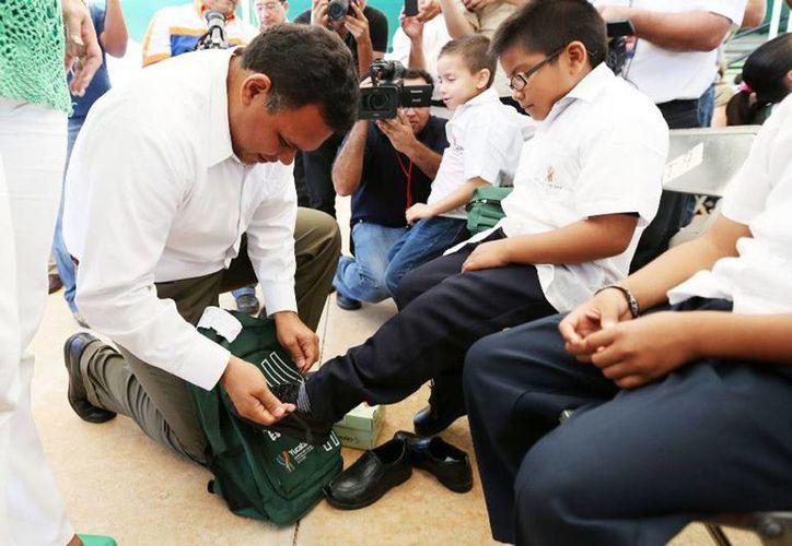 El Gobernador inició ayer la entrega de útiles, mochilas, zapatos y camisas de uniforme a más de 230 mil alumnos de primaria de Yucatán. (Cortesía)