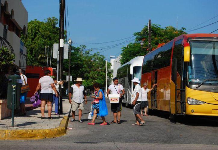 Los turistas nacionales ahorran por meses para disfrutar unos cuantos días de vacaciones en Cancún. (Tomás Álvarez/SIPSE)