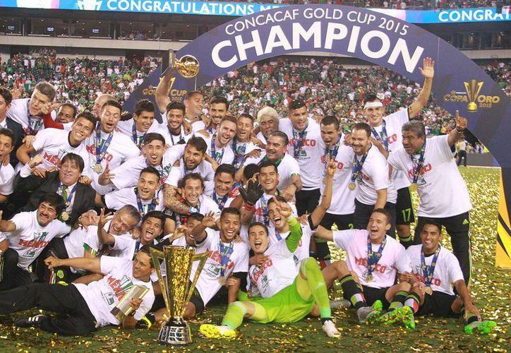 México se ubica en el lugar 26 del ranking mensual de la FIFA, luego de que el mes pasado se ubico en el lugar 40, la foto corresponde a la Copo Oro 2015, en donde México la ganó. (Notimex)