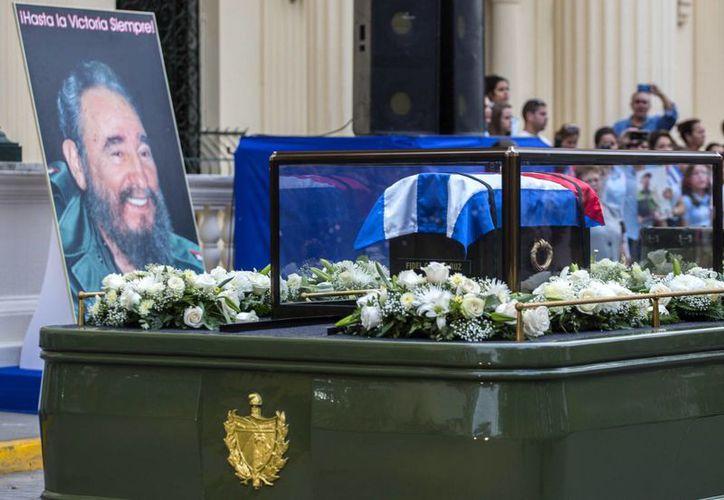 'La caravana de la Libertad', como el gobierno cubano llama al cortejo fúnebre, emula a la inversa la marcha triunfal de los rebeldes desde Santiago de Cuba a La Habana entre el 2 y 8 de enero de 1959. (AP/Desmond Boylan)