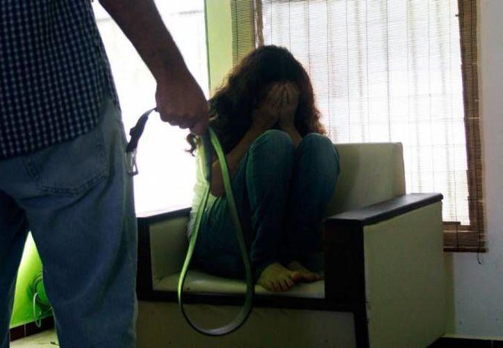 En una muestra más de que falta mucho por hacer para erradicar la violencia familiar en Yucatán, dos mujeres no denunciaron a sus parejas aunque una recibió un balazo y la otra una cuchillada.   (Foto de contexto de Milenio Novedades)