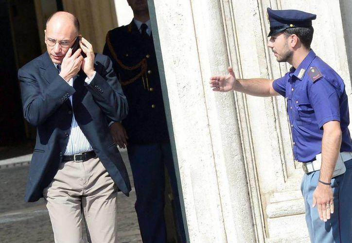 El primer ministro italiano, Enrico Letta, sale del Palacio Chigi en Roma, Italia. (EFE)