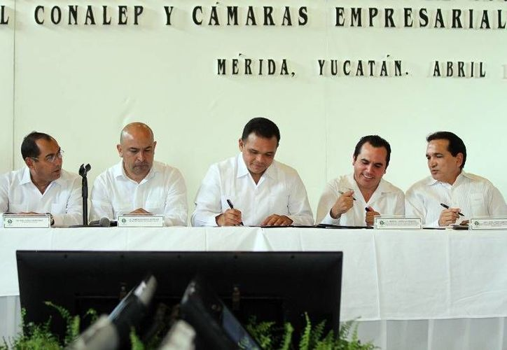 Zapata Bello encabezó la instalación del Comité Estatal de Vinculación Conalep-Yucatán, para que los alumnos hagan su servicio social y prácticas profesionales de manera remunerada. (Cortesía)