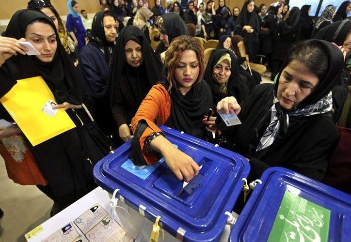 Largas filas se formaron frente a las urnas en Teherán y otros lugares del país. (Agencias)