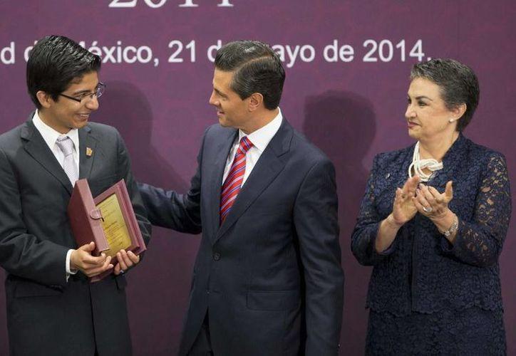 Al entregar la presea Lázaro Cárdenas 2014, el Mandatario aseguró que es necesario detonar el talento científico e intelectual de los mexicanos. (Notimex)