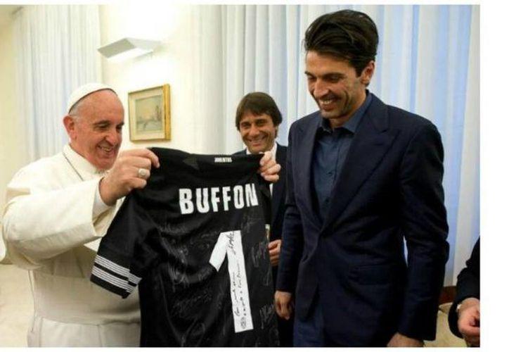 El Papa Francisco recibe una playera del arquero Buffon, autografiado por todo el plantel. (Juventus.com)