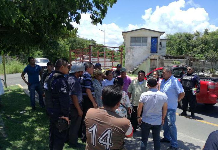 Los campesinos se manifestaron bloqueando el acceso al basurero por el mal servicio de recolección. (Foto: Ángel Castilla/SIPSE)