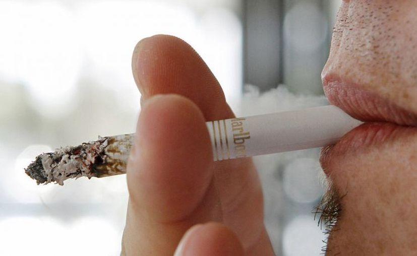 Las enfermedades atribuibles al tabaquismo representaron cerca de 60% de todas las muertes de los fumadores. (Archivo/AP)