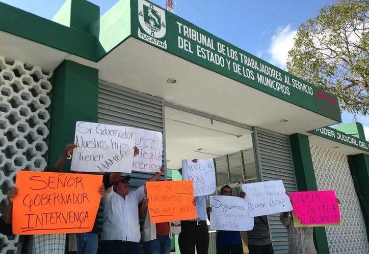 El adeudo a los extrabajadores asciende a siete millones de pesos. Imagen de la protesta en las puertas del Tribunal de los Trabajadores al Servicio del Estado. (Milenio Novedades)