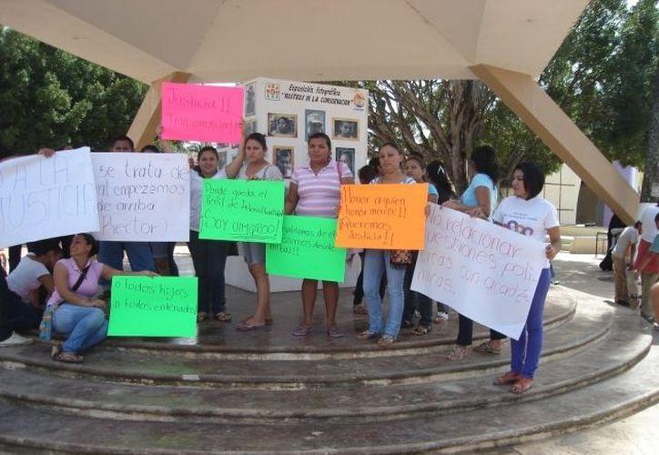 """Los estudiantes inconformes se manifestaron el pasado 1 de noviembre en el kiosco del parque """"Forjadores del kilómetro 50"""". (Archivo/SIPSE)"""