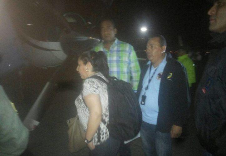 La exjefa de inteligencia de Colombia María del Pilar Hurtado (c) aborda una avioneta con destino a Bogotá, Colombia, rodeada por agentes de la Interpol-Panamá. (EFE)