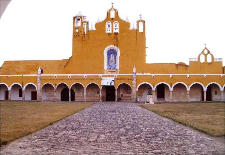 El imponente convento de San Antonio de Padua en Izamal, donde se venera a la Virgen de la Concepción. (Jorge Moreno/SIPSE)