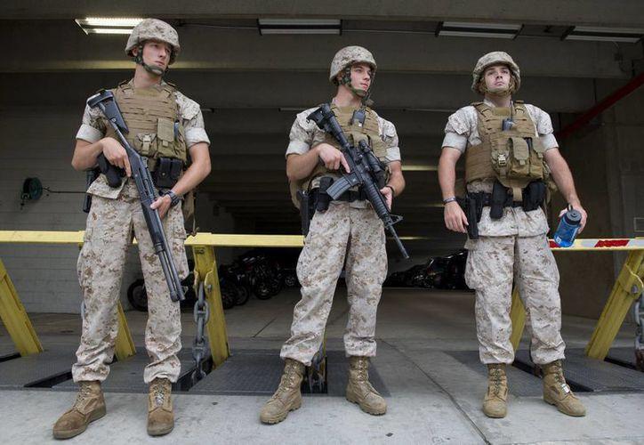 Marinos custodian el estacionamiento en la base naval de Washington, después de que se reportara un tiroteo, el 2 de julio de 2015. (AP Photo/Jacquelyn Martin)
