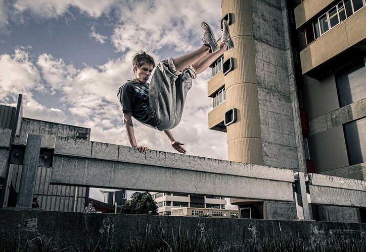 El 'parkour' es una práctica de riesgo que consiste en saltar tejados o correr entre coches. (Foto: Internet)