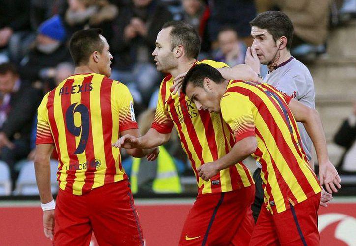 El delantero del Barcelona Pedro Rodríguez (d) celebra con sus compañeros Andrés Iniesta (c) y Alexis Sánchez, uno de sus goles ante el Getafe. (EFE)