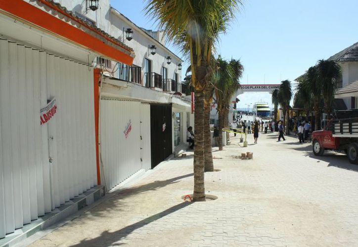 Amanecieron los  locales contiguos al hotel Molcas con sellos de clausura. (Alida Martínez/SIPSE)