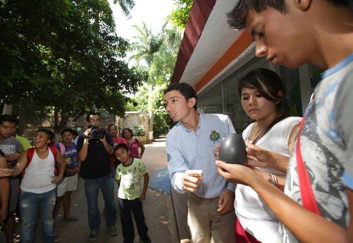 Sadij Pereira Correa, empleado del parque zoológico del Centenario, ofrece un recorrido a personas con discapacidad auditiva. (SIPSE)