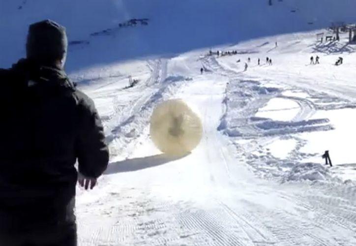 Los dos hombres fueron expulsados de la pelota cuando rebotaba, y cayeron en la nieve. (Agencias)