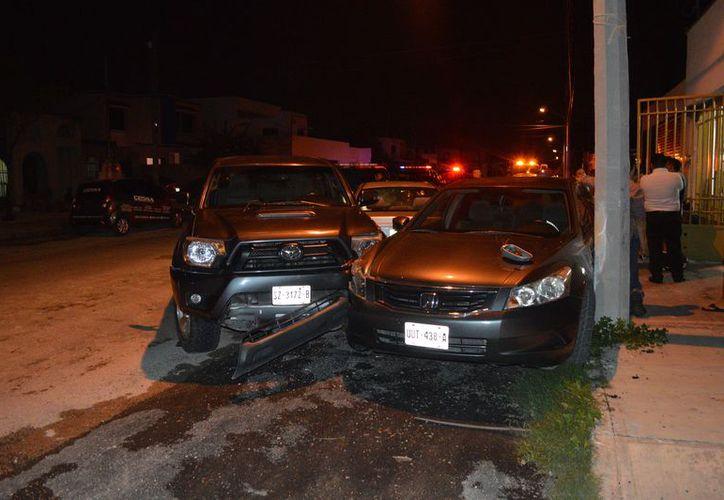 Así quedaron los autos después de ser impactados a propósito por la camioneta que era conducida por un enfurecido júnior. (SIPSE)