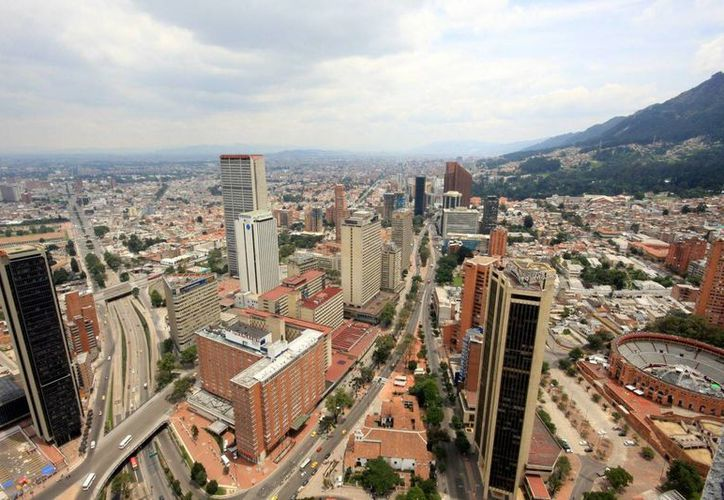 El costo de vida de Bogotá es similar al de la capital de España, lo cual -aseguran- está haciendo que sus estratos sociales aumenten de categoría. La imagen corresponde al distrito financiero de la ciudad. (pulitzercenter.org)