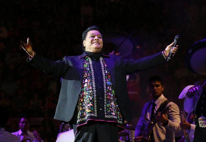 El material de Juan Gabriel saldrá a la venta en México, en las próximas semanas y contará con dos discos compactos, más un DVD con siete videos.(Notimex)