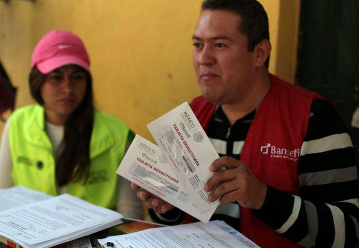 La CNBV inició una investigación a Bansefi por las tarjetas repartidas entre las personas afectados por los sismos de septiembre de 2017. (Foto: Proceso)