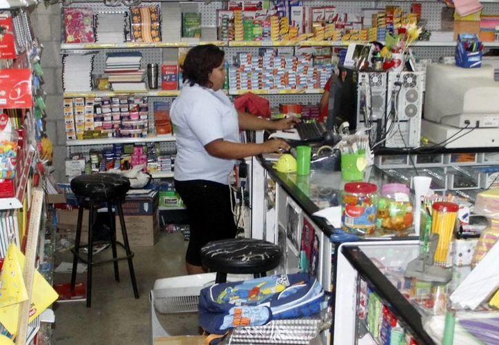 Trabajar sin presión eleva la productividad en las empresas. Imagen de una empleada en su centro laboral. (Milenio Novedades)