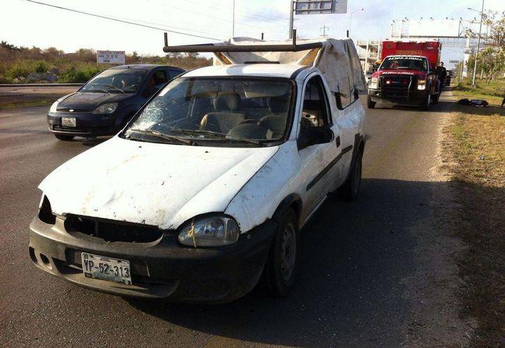 Esta es la camioneta que lastimó a una joven que sin precaución trató de cruzar el Anillo Periférico en Mérida. (Fotos: Milenio Novedades)