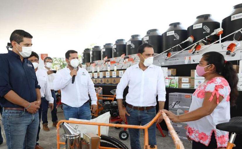 En gira de trabajo por el municipio de Tekax, el gobernador Mauricio Vila Dosal entregó ayer apoyos a la población. (Novedades Yucatán)