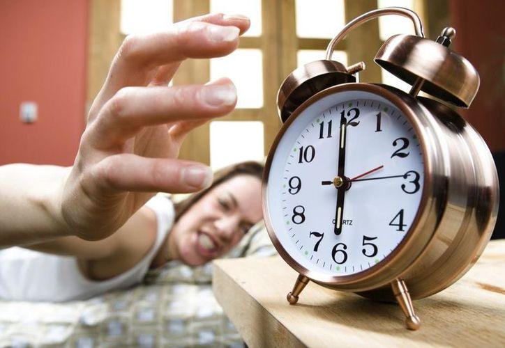 Las personas que se quedan despiertas hasta tarde y tienen problemas para levantarse a la mañana tienen una mutación genética. (estovalelapena).